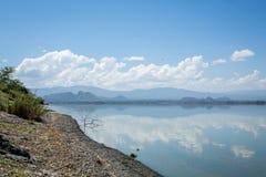 Голубое небо отразило в водах озера Elmenteita, Кении стоковое изображение