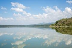Голубое небо отразило в водах озера Elmenteita, Кении стоковое фото rf