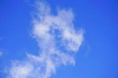 голубое небо с абстрактными белыми облаками Солнечное ясное небо, облака солнца весны Стоковые Фотографии RF