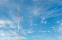 Голубое небо с башнями связи стоковая фотография