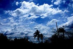 Голубое небо с белизной заволакивает предпосылки Стоковое фото RF