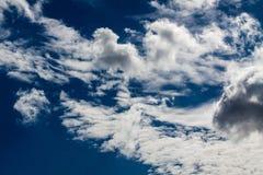 Голубое небо с белизной заволакивает серия 10 Стоковое Фото