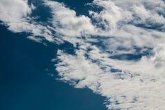 Голубое небо с белизной заволакивает серия 17 Стоковое Изображение