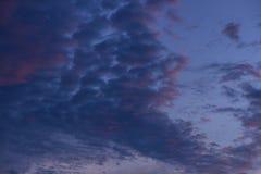 Голубое небо с белыми и голубыми и розовыми облаками Стоковое фото RF