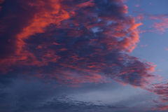 Голубое небо с белыми и голубыми и розовыми облаками Стоковые Изображения RF