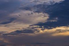 Голубое небо с белыми и голубыми и розовыми облаками Стоковая Фотография RF