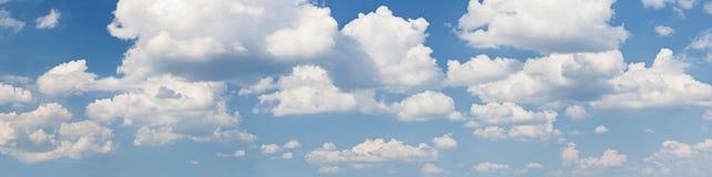Голубое небо с белыми облаками Стоковое Фото