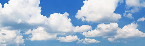 Голубое небо с белыми облаками Стоковое Изображение RF