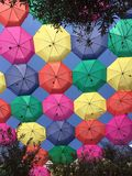 Голубое небо с красочными зонтиками Стоковые Изображения