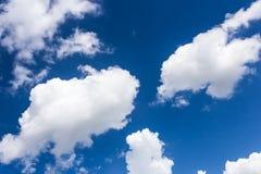 Голубое небо с обоями предпосылки облаков Стоковые Изображения RF