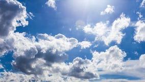 Голубое небо с обоями предпосылки облаков Стоковое фото RF