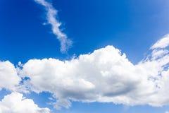 Голубое небо с обоями предпосылки облаков Стоковое Изображение