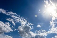 Голубое небо с обоями предпосылки облаков Стоковое Изображение RF