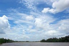 Голубое небо с облаками и рекой стоковая фотография rf