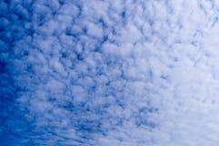 Голубое небо с облаками, кумулюс irrus  Ñ, предпосылка, природа Стоковое Фото