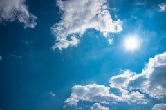 Голубое небо с облаком и ярким солнцем Стоковое Изображение