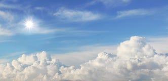 Голубое небо с сложенными облаками и ярким солнцем стоковые изображения rf
