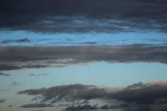 Голубое небо с темными облаками стоковое изображение