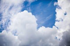 Голубое небо с puffly облаками Стоковое Изображение