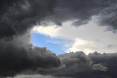 Голубое небо через облака Стоковые Изображения RF