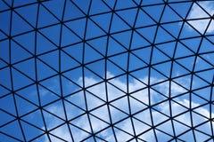 Голубое небо через современную стеклянную крышу Стоковое Изображение