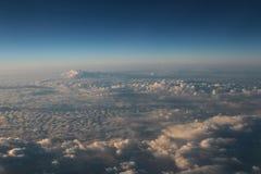 Голубое облако было принято на самолет для предпосылки Стоковое фото RF
