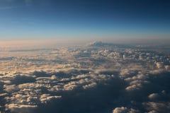 Голубое облако было принято на самолет для предпосылки Стоковые Фото