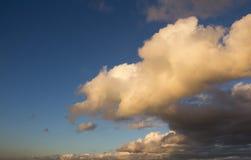 Голубое облачное небо в заходе солнца Стоковые Изображения RF