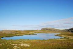 Голубое озеро на зеленом холме Soroya. Стоковое Фото