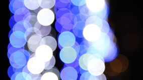 Голубое освещение на улице во время Xmas на ноче сток-видео