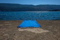 Голубое одеяло на конкретной поверхности Стоковая Фотография