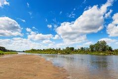Голубое пасмурное небо лета над рекой черепашки Стоковая Фотография