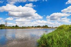 Голубое пасмурное небо лета над рекой черепашки Стоковые Фотографии RF