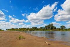 Голубое пасмурное небо лета над рекой черепашки Стоковое Изображение RF