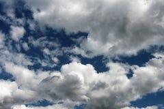 голубое пасмурное небо Облака в высоких голубых раях Стоковые Фото