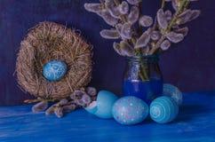 Голубое пасхальное яйцо в гнезде и ветвь вербы Стоковые Фото
