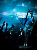 Голубое питье коктеиля на таблице диско с космосом для текста Стоковые Изображения