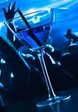 Голубое питье коктеиля на таблице диско Стоковое Изображение