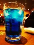 голубое питье стоковое изображение