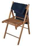 Голубое полотенце на деревянном стуле изолированном на белой предпосылке Стоковое фото RF