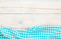 Голубое полотенце над деревянным кухонным столом Стоковое Изображение RF