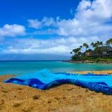 Голубое полотенце на пляже с взглядом океана бирюзы Стоковые Фотографии RF