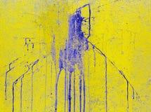 голубое пятно краски на желтой стене цемента Стоковые Фотографии RF