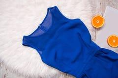 Голубое платье и половины апельсина Белое мех, концепция моды Стоковое Изображение