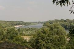 Голубое река бежать с отражениями в воде Темносиний цвет воды и зеленых деревьев вокруг Стоковые Изображения RF