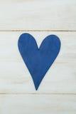 Голубое сердце на белой предпосылке, древесина покрасило греческую синь Стоковая Фотография