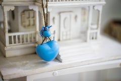 Голубое сердце повешенное на модельном доме Стоковые Изображения RF
