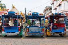 Голубое смешное tuk tuk рикш выровнянное вверх Стоковые Фото