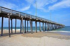 голубое солнце моря пристани деревянное стоковые изображения