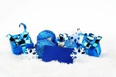 Голубое украшение рождества с карточкой желаний на снеге Стоковая Фотография